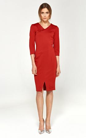Sukienka z dzianiny z przeszyciami na dekolcie - czerwony