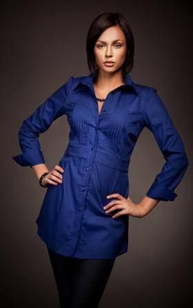 Modna przedłużana koszula z zakładkami HIT - niebieski
