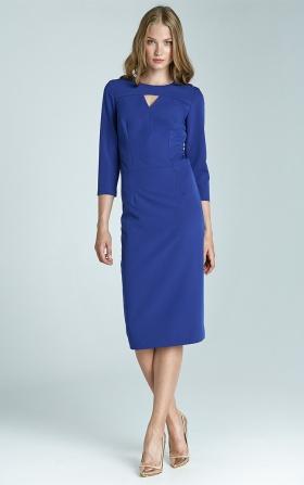 Niebieska sukienka z subtelym dekoltem