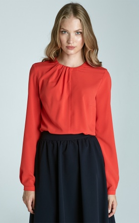 Pomarańczowa bluzka z plisami na dekolcie