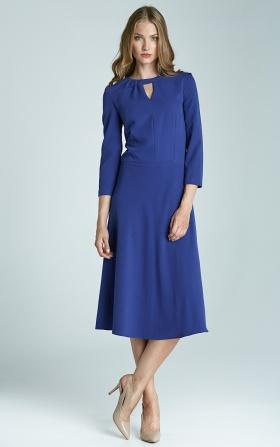 Niebieska sukienka z subtelnym pęknięciem na dekolcie i asymetrycznym marszczeniem