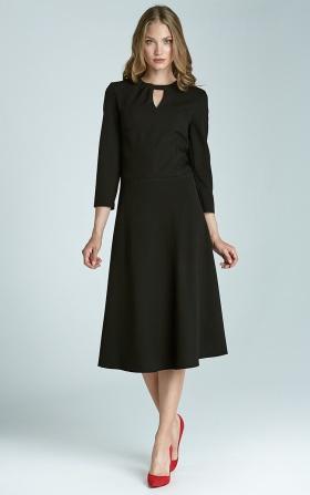 Czarna sukienka z subtelnym pęknięciem na dekolcie i asymetrycznym marszczeniem