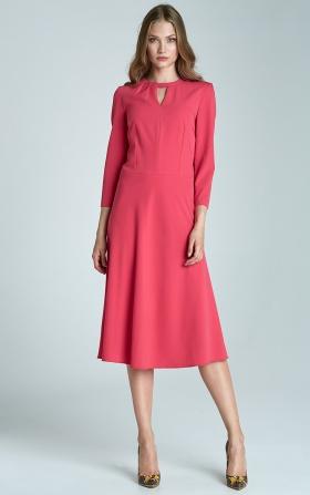 Sukienka fuksja z subtelnym pęknięciem na dekolcie i asymetrycznym marszczeniem