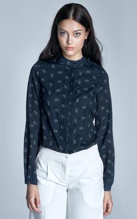 Granatowa bluzka z plisami na dekolcie w białe dmuchawce