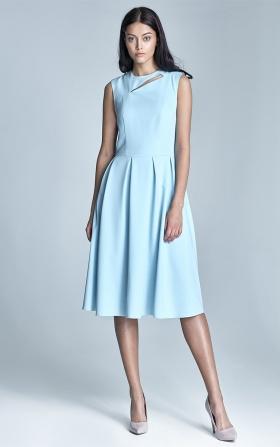 Błękitna sukienka z rozkloszowanym dołem