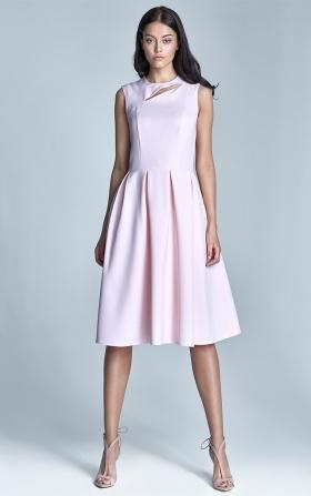 Jasnoróżowa sukienka z rozkloszowanym dołem