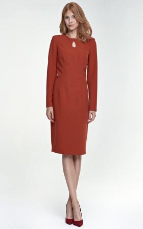 Sukienka w rdzawym kolorze z łezką na dekolcie