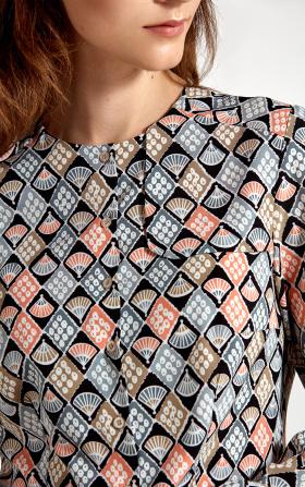 Bluzka z ozdobną klapą po lewej stronie we wzór