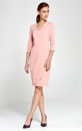 Jasnoróżowa sukienka z asymetrycznymi draperiami