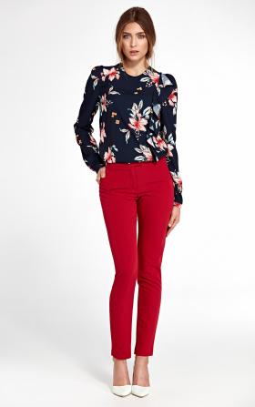 Czerwone spodnie z lekko zwężanymi nogawkami