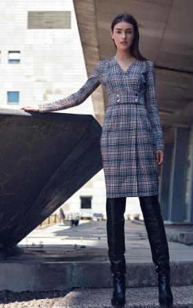 Sukienka w kratę z pasem ozdobionym napami