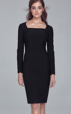 Czarna sukienka z dekoltem karo