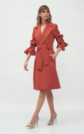 Mahoniowy płaszcz z wiązanymi rękawami