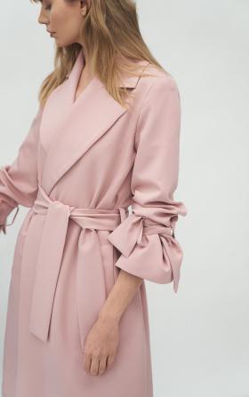 Różowy płaszcz z wiązanymi rękawami