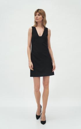Czarna sukienka z głębokim dekoltem