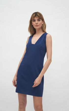 Kobaltowa sukienka z głębokim dekoltem