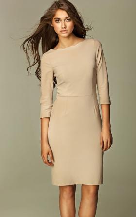 Beżowa elegancka sukienka z falowanym dekoltem