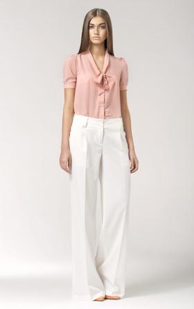 Różowa bluzka z wiązaniem na dekolcie