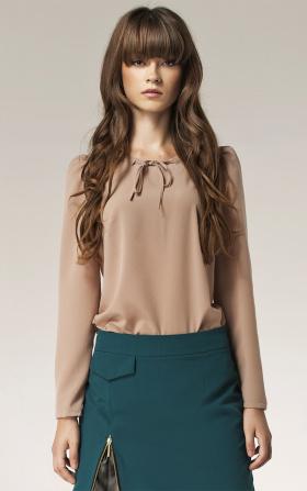 Beżowa bluzka z kokardką na dekolcie